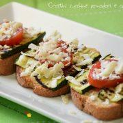 Crostini zucchine pomodori e cacioricotta