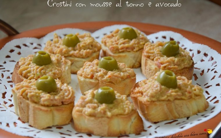 Crostini con mousse al tonno e avocado