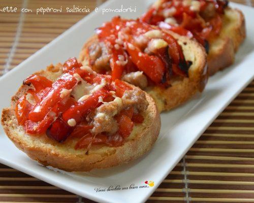 Bruschette con peperoni salsiccia e pomodorini
