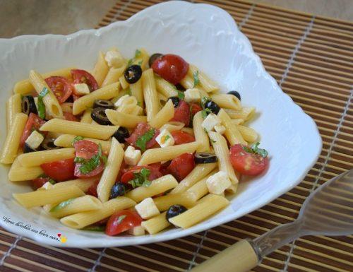 Insalata di pasta con pomodorini olive e feta