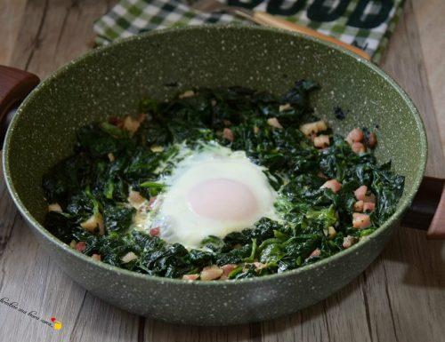 Spinaci con uovo e pancetta