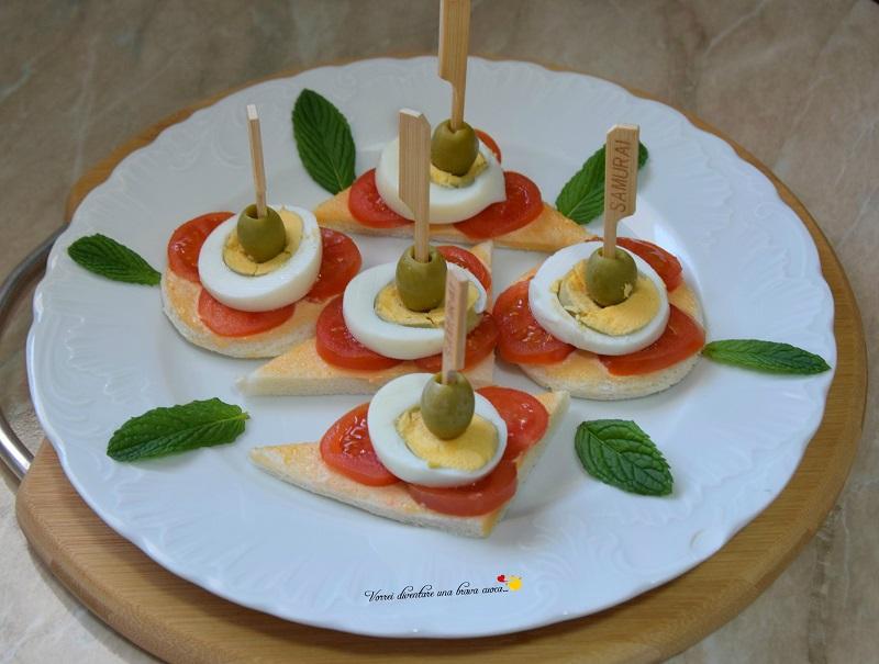 tartine con pomodorini uova e olive
