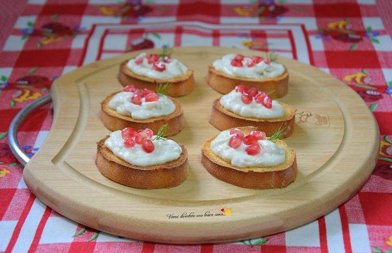 crostini con gorgonzola e melgrana