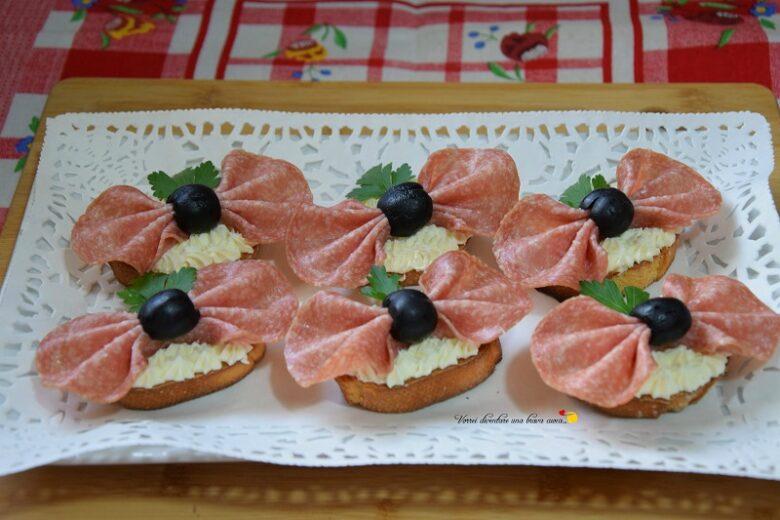 Crostini con salame e formaggio spalmabile