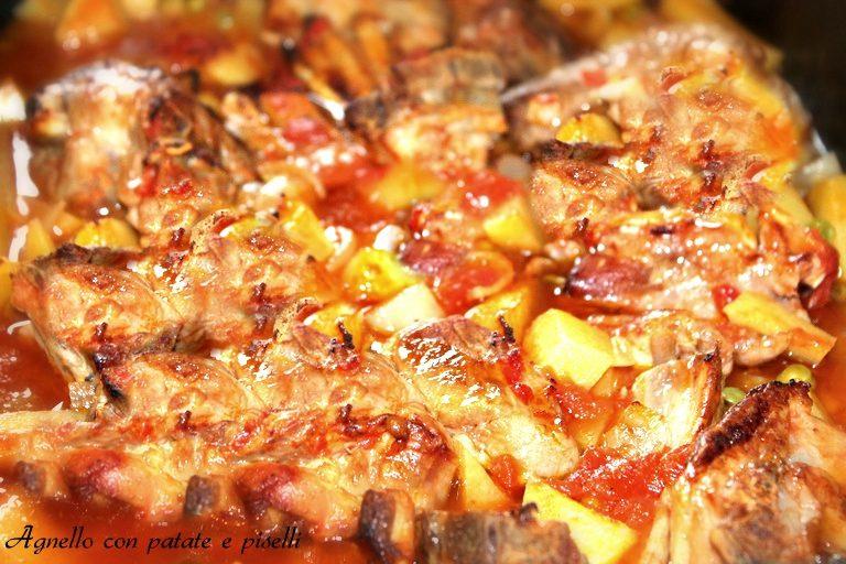 Agnello al forno con patate e piselli
