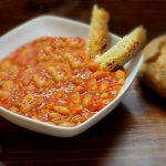Minestra di fagioli con pancetta e cipolle