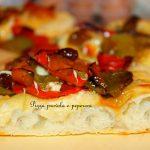 Pizza con provola, peperoni e olive nere di Gaeta