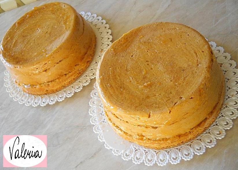 Pan di spagna alle nocciole farcito con confettura di albicocche e