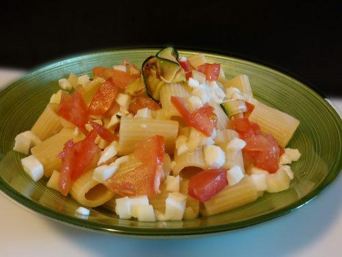 Pasta fredda con formaggi e verdure