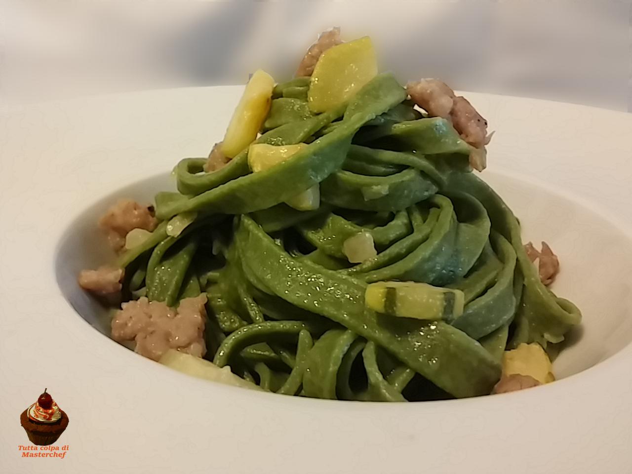Tagliatelle verdi con zucchine e salsiccia