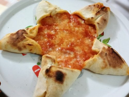Pizza stella con base di pizza margherita