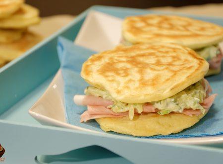 Pancake salati con ripieno al formaggio e zucchine