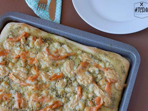 Pizza gourmet con salmone, pistacchi e liquirizia