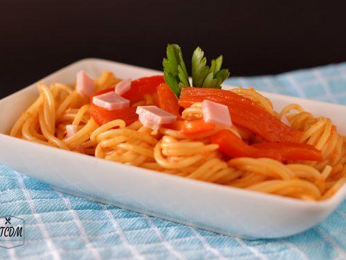 Pasta con crema di peperoni e prosciutto