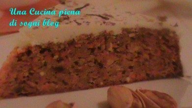 Torta glassata di carote e pistacchi