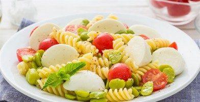 Pasta con mozzarella, fave e pomodorini