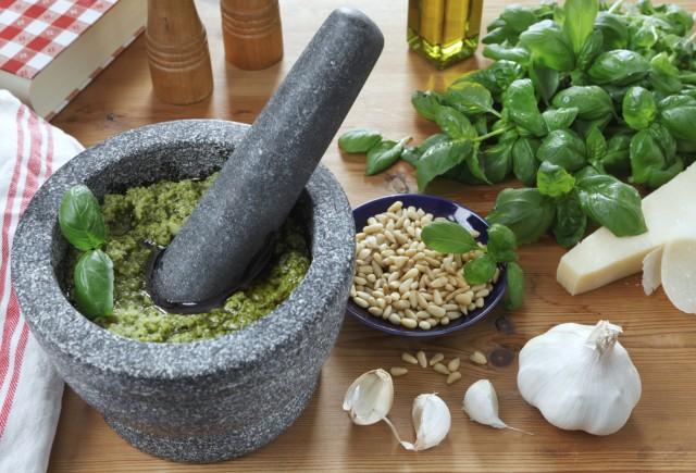 ricetta-tradizionale-ligure-pesto-fatto-in-casa-1-640x435