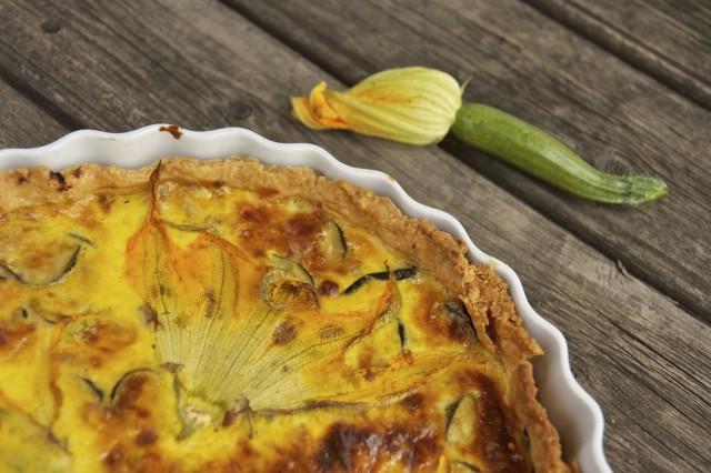 ricetta-torta-salata-fiori-zucchine-alici-forno-4-640x426