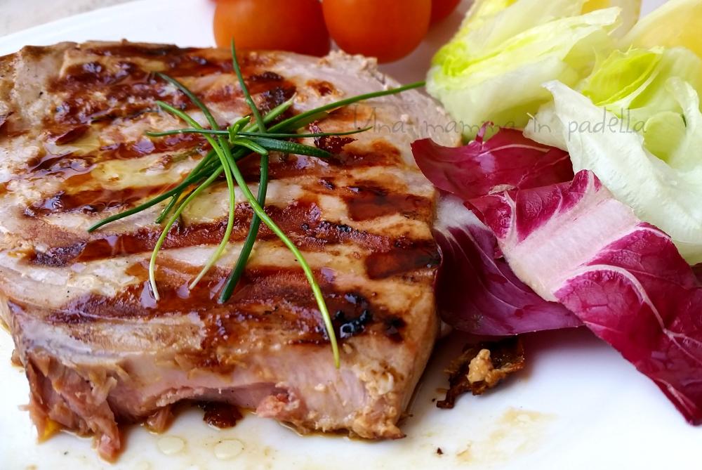 Tonno alla piastra ricetta semplice e veloce per preparare il tonno fresco - Cucinare tonno fresco in padella ...