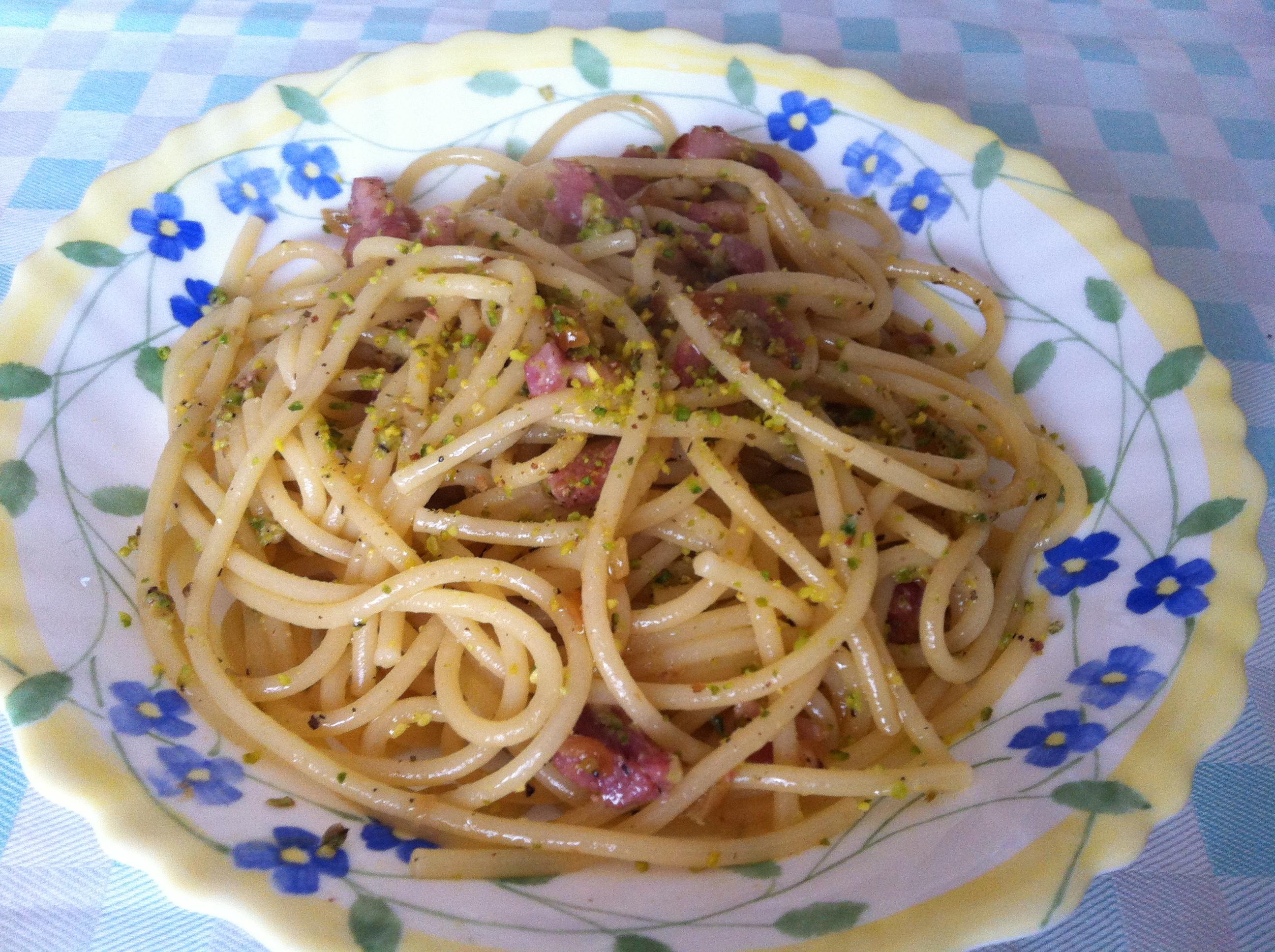 Spaghetti con pistacchi e pancetta