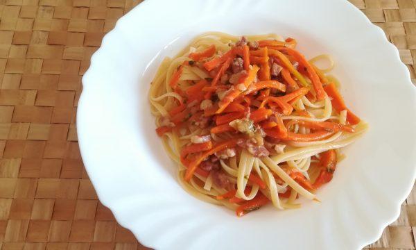 Linguine alle erbe con carote e pancetta