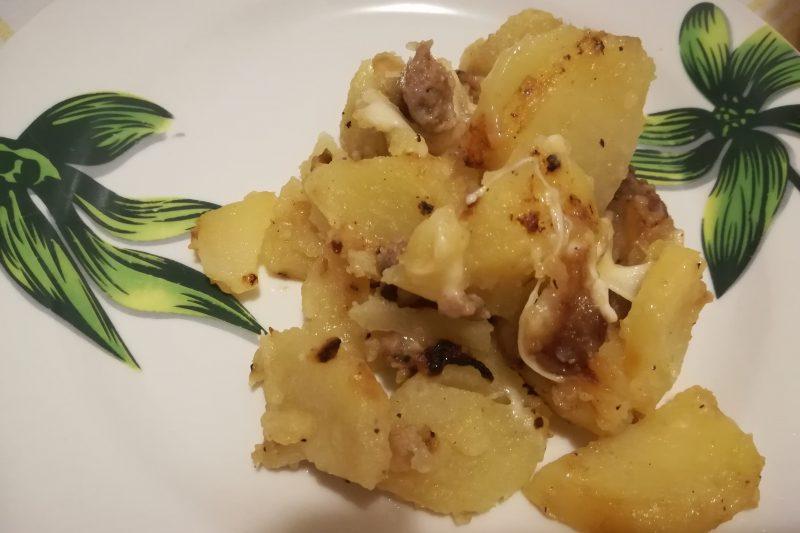 Patate filanti con salsiccia
