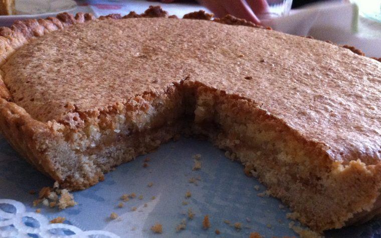 Crostata deliziosa con marmellata di pesche e cocco