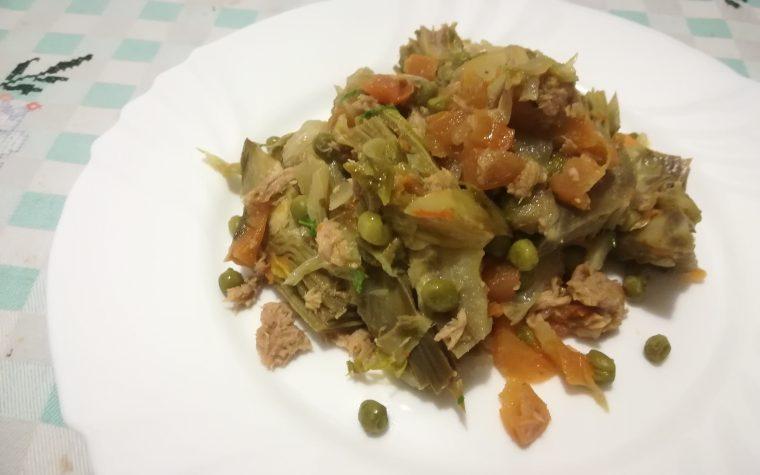 Carciofi in umido con verdure e tonno