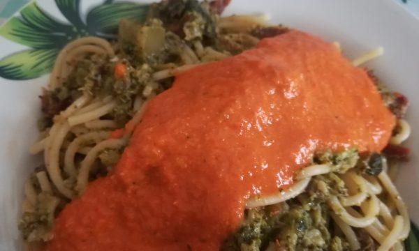 Spaghetti con broccoli al pesto di peperoni