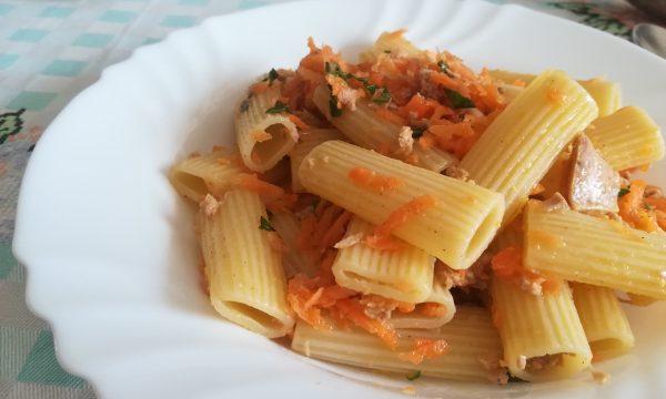 Insalata di pasta con tonno e carote