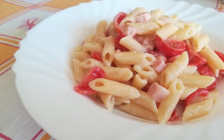 Pennette in insalata con prosciutto e pomodorini