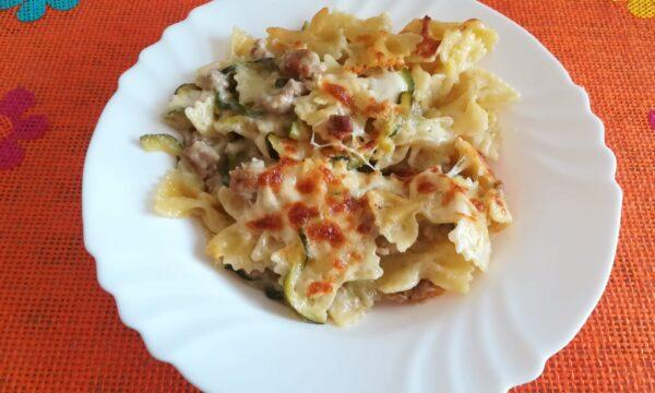 Ricca pasta al forno con salsiccia e zucchine