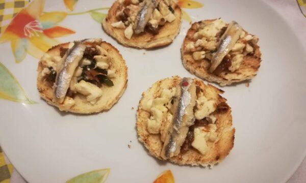 Crostini con mozzarella e alici marinate