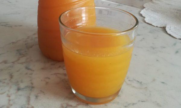 Succo di frutta con le susine gialle