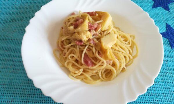 Spaghetti freddi con carciofini e pancetta