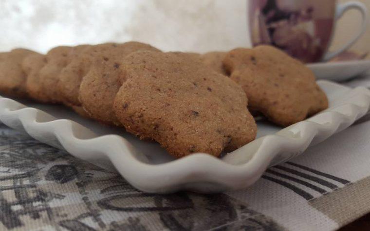 Biscotti integrali con cioccolato fondente grattugiato