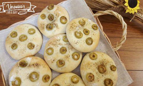 Pizzette patate e wurstel e pizzette con olive verdi