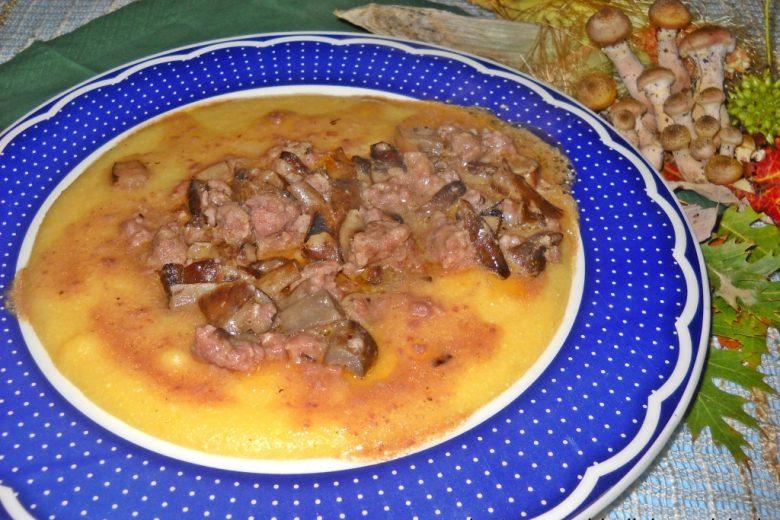 Polenta con chiodini e salsiccia