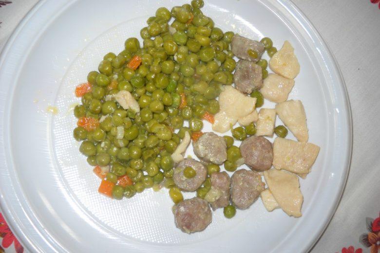Quadrotti di pollo con salsiccia e piselli