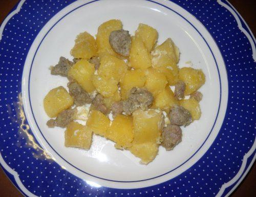Salsiccia con patate. Sfizio goloso.