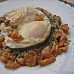 Uova in camicia su letto di spinaci con misto bosco