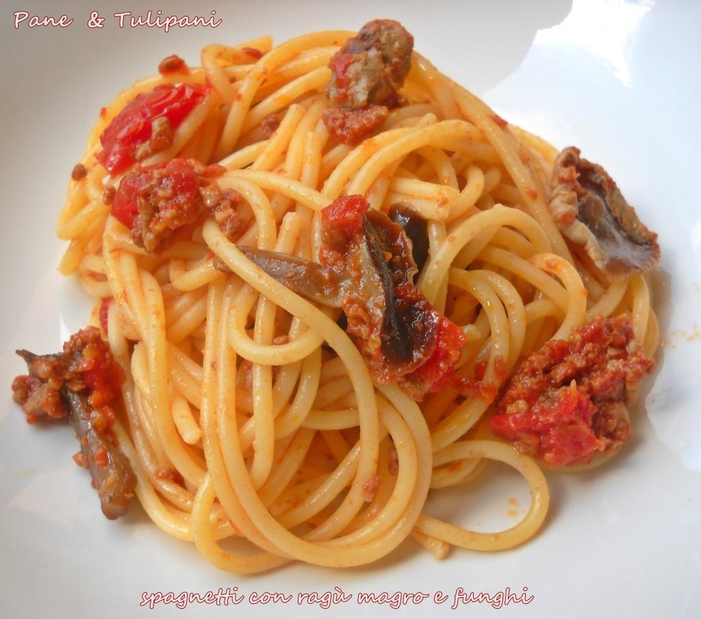 Spaghetti con ragù magro e funghi.1