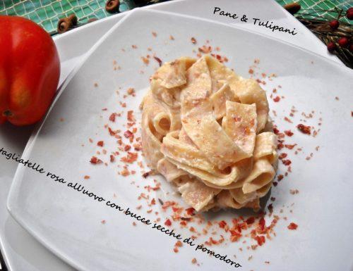 Tagliatelle rosa all'uovo con bucce secche di pomodoro