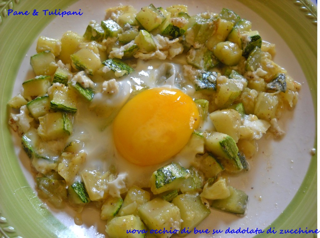 Uova occhio di bue su dadolata di zucchine