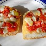 Finte pizze alla salsiccia e alle olive