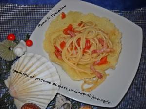 spaghetti al profumo di mare su crosta di formaggio.