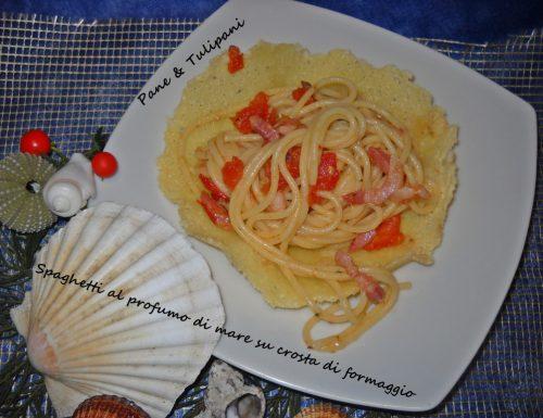 Spaghetti al profumo di mare su crosta di formaggio