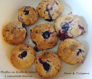 Muffin ai frutti di bosco con cioccolato bianco