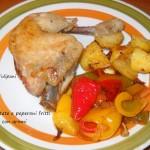 Pollo, patate e peperoni fritti con aromi