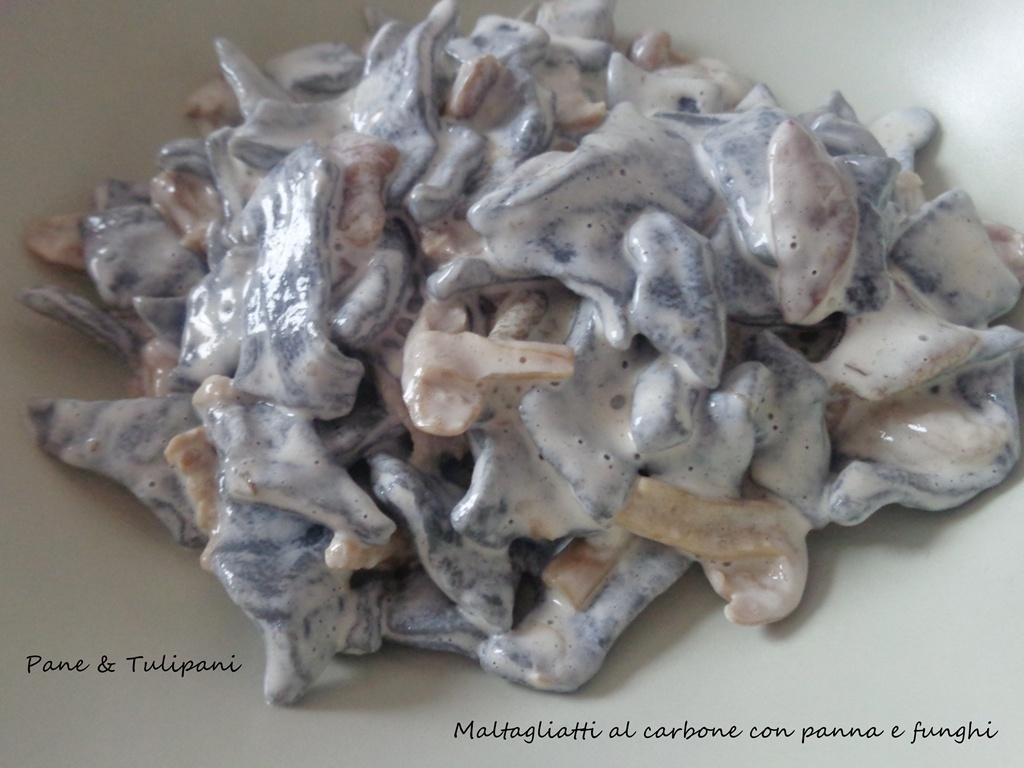 Maltagliati al carbone con panna e funghi